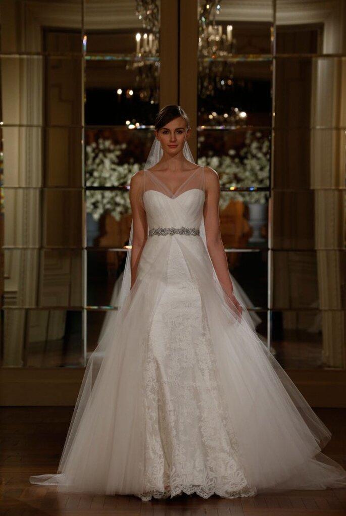 Vestido de novia con una hermosa cauda sobrepuesta de tul, escote corazón y cinturón de pedrería - Foto Romona Keveza
