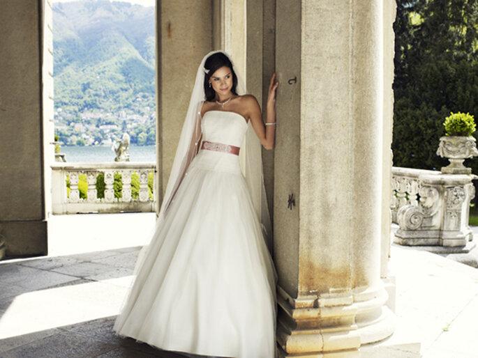 Brautkleid mit Taillenband um 795,00,– Euro – Foto: Lilly