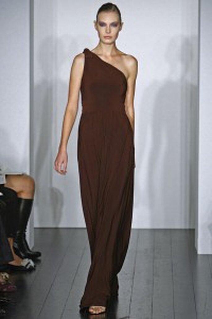 Vestido marrón con un hombro al descubierto