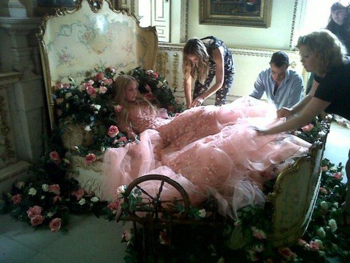 Decoración del aparador con el vestido de novia inspirado en La bella durmiente - Foto Elie Saab