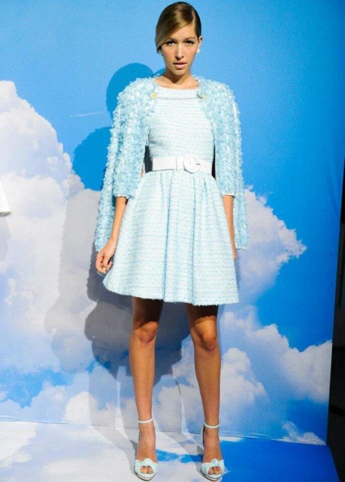 Vestido de fiesta corto en color azul cielo - Foto Alice + Olivia