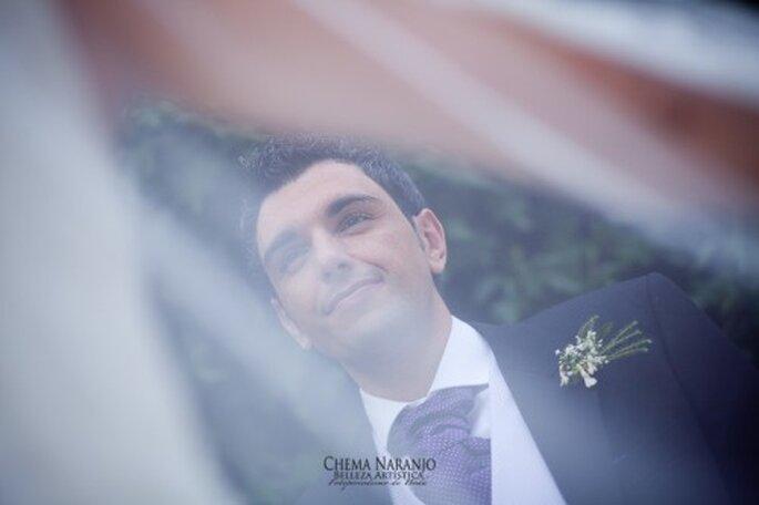 Boutonniere para el novio en la boda. Fotografía Chema Naranjo