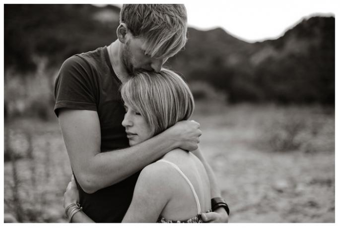 Nada más lindo que un buen abrazo con tu prometido - Foto Kate Noelle Photography