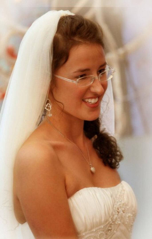 Wunderhübsche Braut Catharina Freeman mit Brille