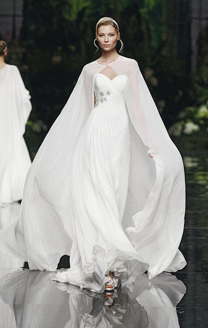 Robe de mariée ravissante avec sa touche originale, son manteau en dentelle. Photo: Pronovias