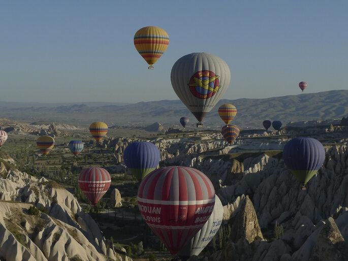 Des Montgolfières à perte de vue dans la région de Cappadoce en Turquie. Crédit : Jerome Bon, Flickr