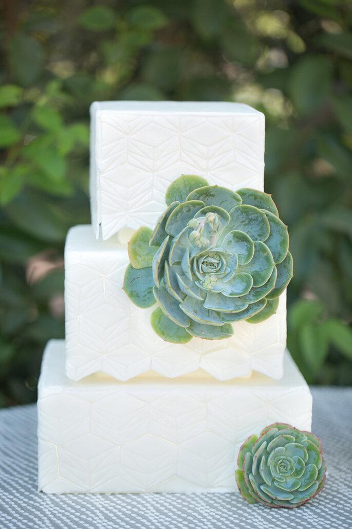 Un pastel de bodas decorado con sutiles formas geométricas - Foto Amy and Jordan