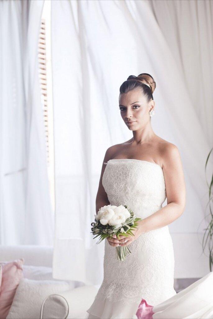 Novia con ramo de peonias y cabello recogido en chongo. Foto de Whitechicwedding
