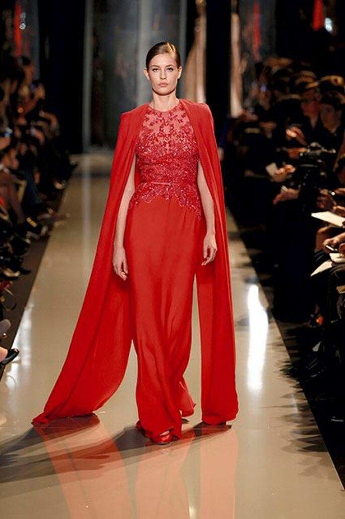 Vestido de gala en color rojo con aplicaciones y capa - Foto Elie Saab 2013