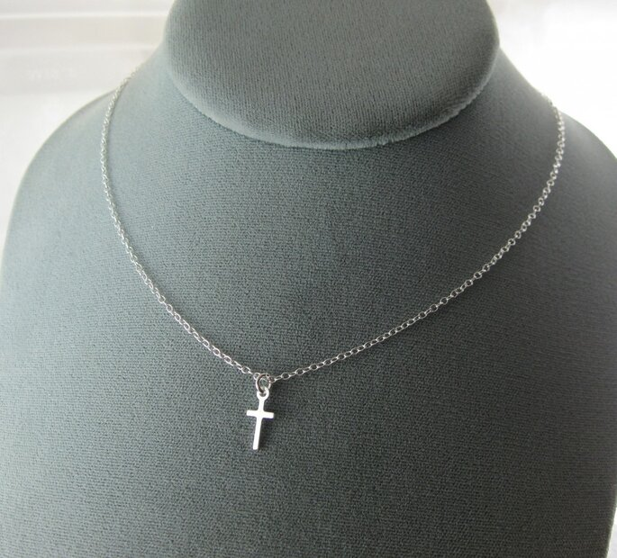 http://www.etsy.com/listing/93985829/tiny-sterling-cross-necklace negozio: everdear