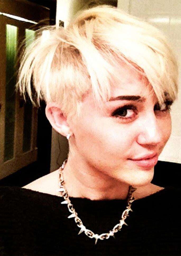 Miley Cyrus ha decidido cambiar radicalmente de look justo después de anunciar su boda. Foto: Twitter