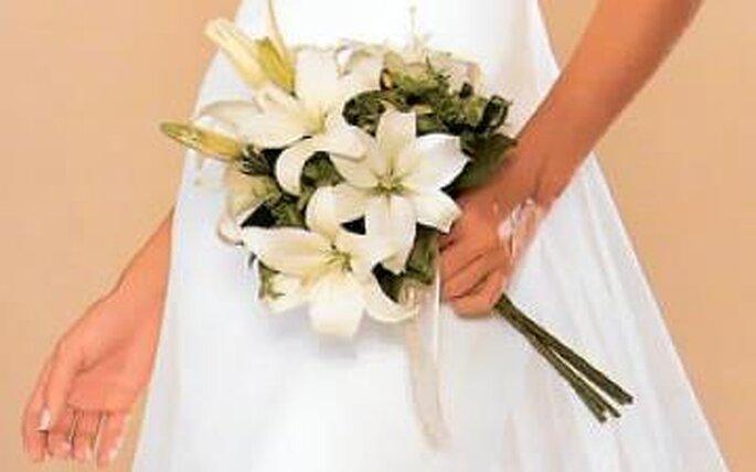 Traje de novia con ramo de flores