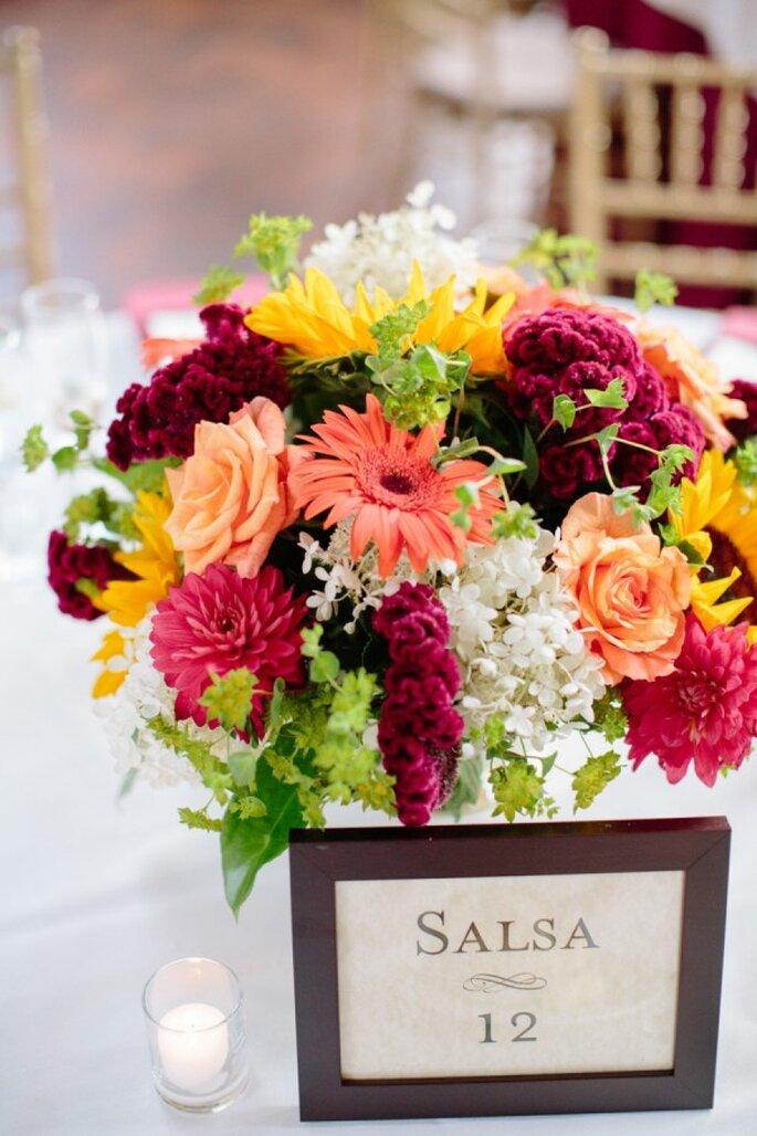 Unos centros de mesa inspirados en flores multicolor - Foto Angela Newton Roy