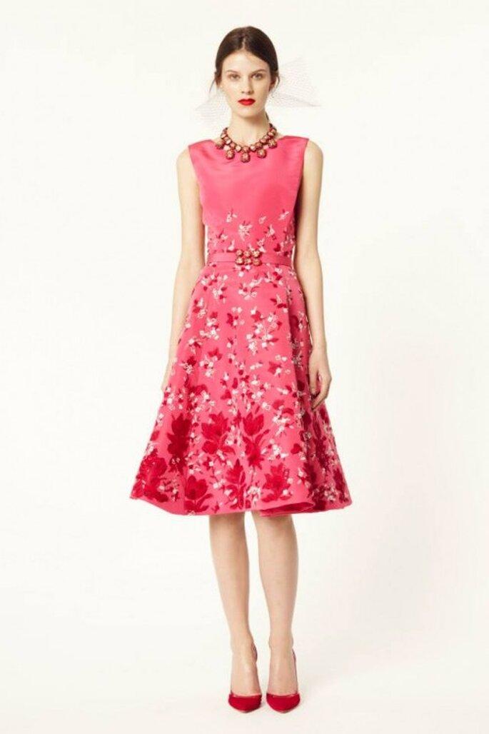 Vestido de fiesta 2014 en color rosa intenso con estampado de flores - Foto Oscar de la Renta