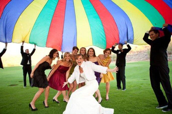 Fiesta de boda con paracaidas. Foto: Radiant Photography by the Chansons