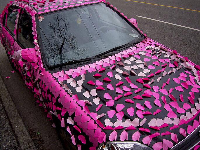 Corazones aplicados en el auto para llevar a los novios. Foto: Paul Joseph