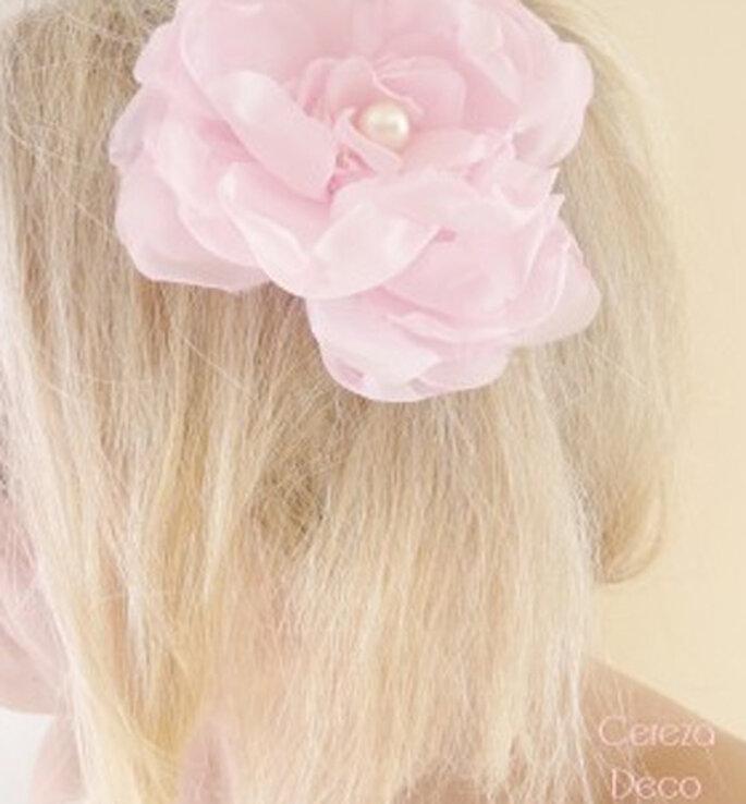 Bijou de cheveux fleur rose et perle nacrée - Photo : Cereza sur la déco