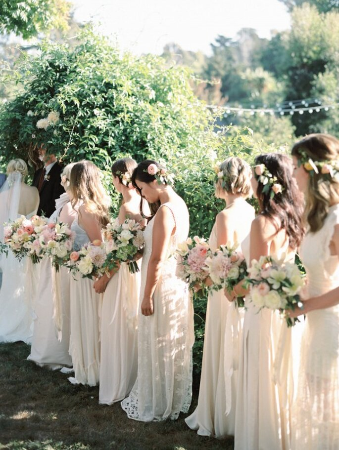 Tus damas de boda engalanadas en colores neutros - Foto Ashley Kelemen