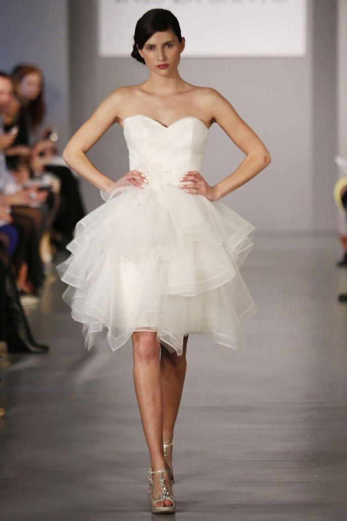 Vestido de novia corto con escote corazón y falda de tul con volúmenes superpuestos - Foto Ines di Santo