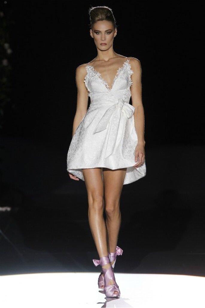Vestido de novia con escote en V y minifaldero de Hannibal Laguna 2012