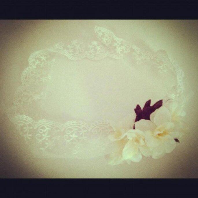 Corona de encaje con arreglo floral en la frente. Foto de Hip & Love