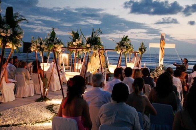 Definiendo el estilo de boda: una boda de playa al atardecer. Foto de QUADRE