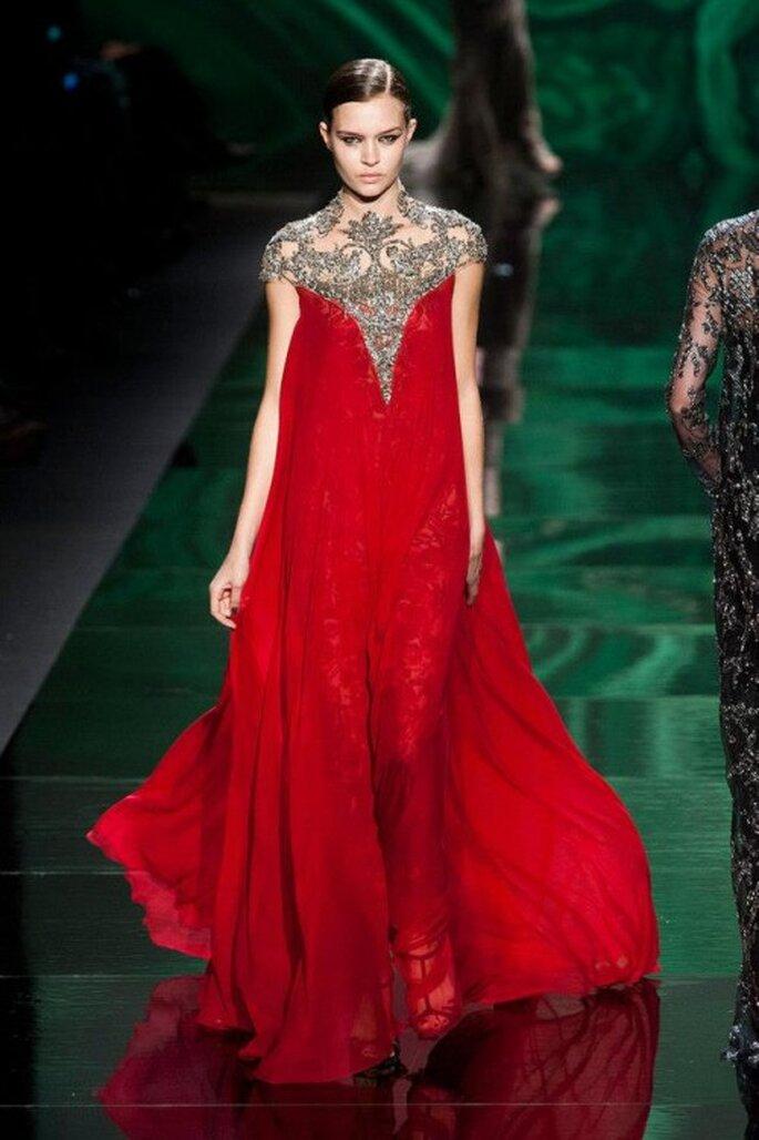 Vestido de fiesta largo en color rojo intenso con escote ilusión y cristales claros - Foto Monique Lhuillier