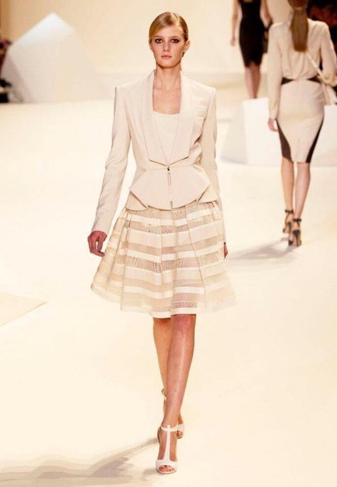 Conjunto de falda y saco estructurado en tonalidades crema con detalle en la cintura - Foto Elie Saab Facebook