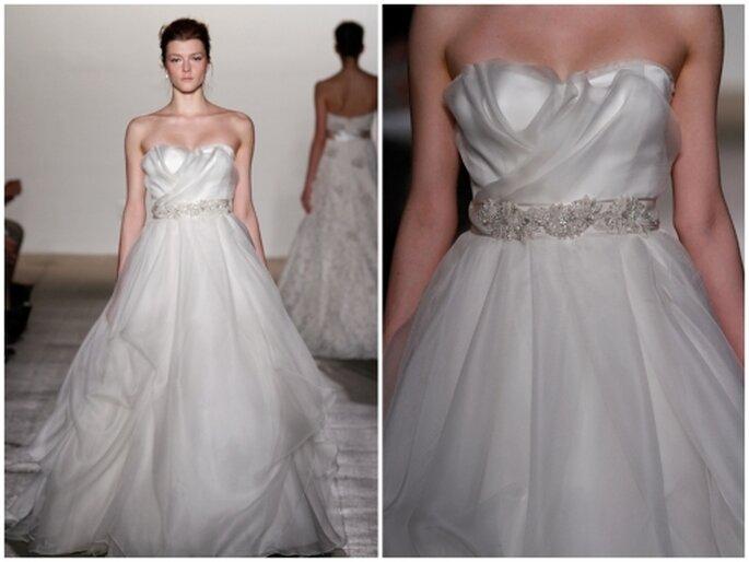 Vestido de novia corte princesa, escote palabra de honor con cinturón de pedrería, falda con volados