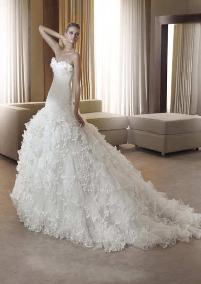 Un vestido de ensueño, con escote palabra de honor e imporante falda con cola en exquisitos materiales
