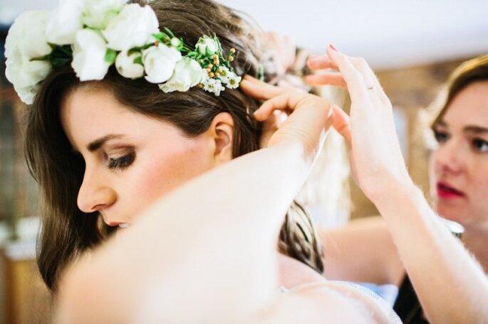 Un tocado o corona de flores es una excelente idea para usar. Foto: Julian Beattie