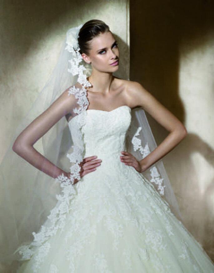Elegancia y distinción en un vestido palabra de honor con importante velo y sobreio recogido