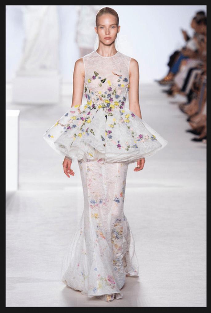 Vestido de novia alta costura con detalles de flores multicolor y falda trompeta con transparencias - Foto Giambattista Valli