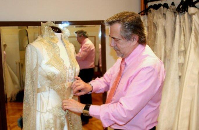 Petro Valverde coloca un abrigo de encaje a uno de sus diseños de novia