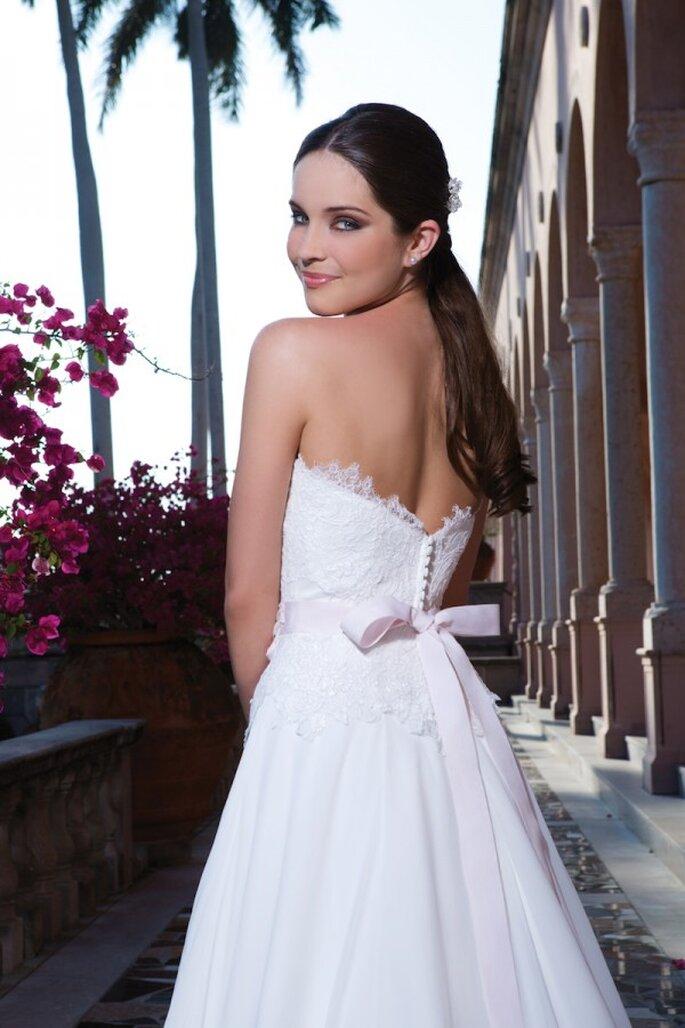 Edles Brautkleid mit verspielter Schleife in der Kollektion 2015 von Sweetheart