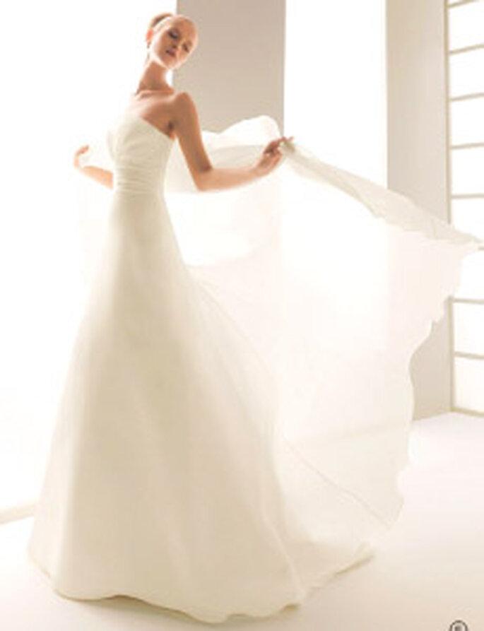Rosa Clará 2010 - Clan, vestido largo en sedas, strapless, corte princesa