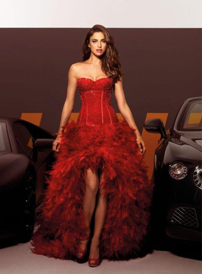 Elegante vestido de dama con corset en color rojo - Foto Alessandro Angelozzi Facebook