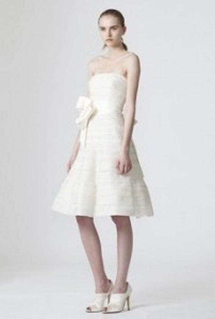 Vera Wang 2010 - Dawn, robe longue, coupe princesse, volumineuse et irrégulière avec décolleté épaules.