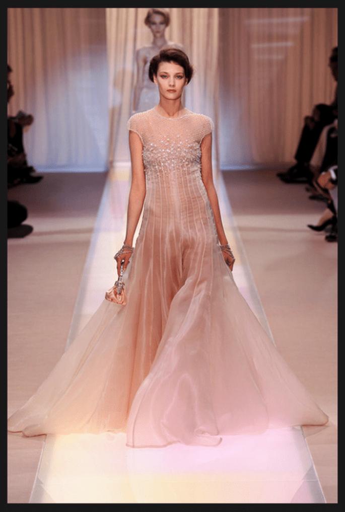 Vestido de novia alta costura en color nude con falda de tul y escote ilusión - Foto Armani