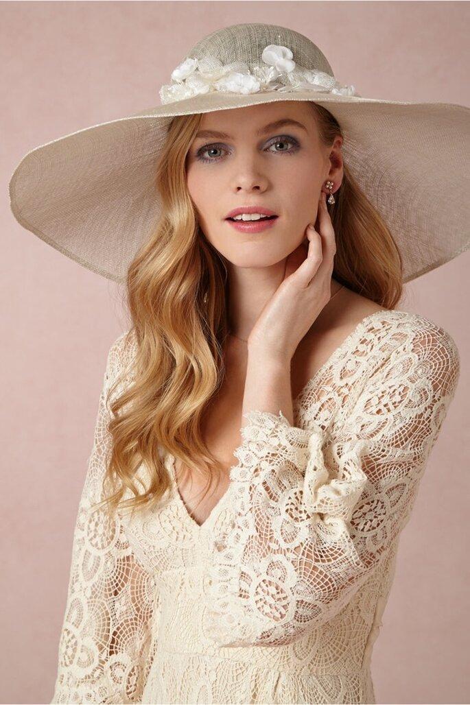 Sombrero estilo pamela para novia con apliques de flores - Foto BHLDN