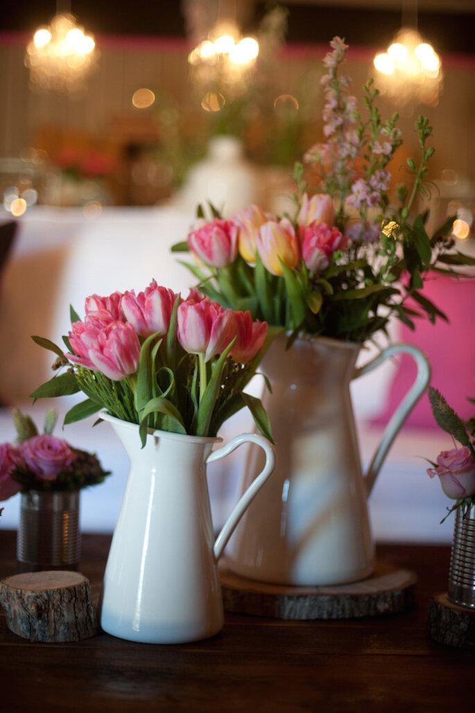 Jarras blancas para decorar tu boda con estilo - Foto Cameron & Kelly Studio