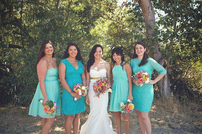 Los colores vibrantes en los ramos de la novia y las damas dehonor crean efectos impactantes. Foto: B&E Photographs