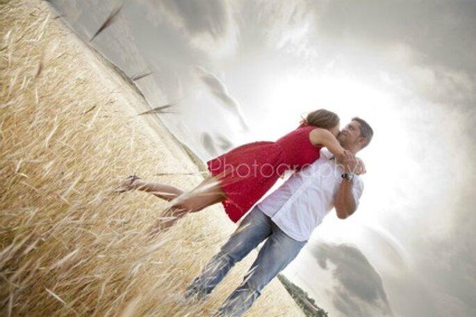 Miguel y Erika muy enamorados, posan antes de la boda - Fotógrafo: EvenPic