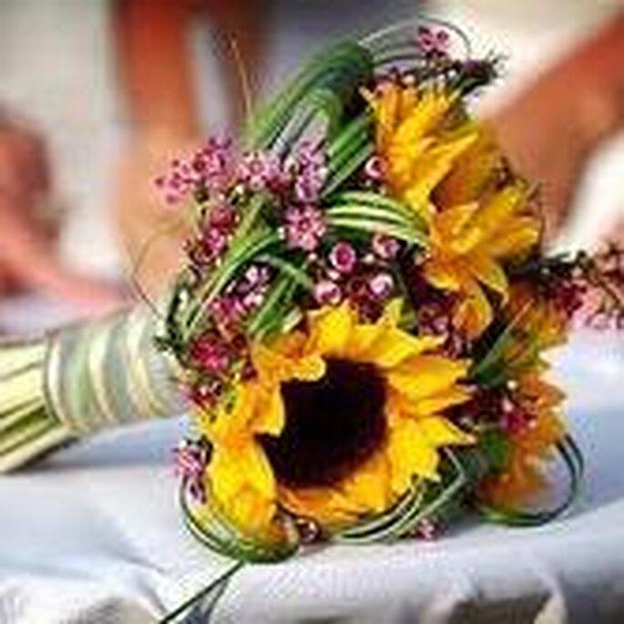 Otro hermoso ramo con girasoles: una explosión de color en tu boda