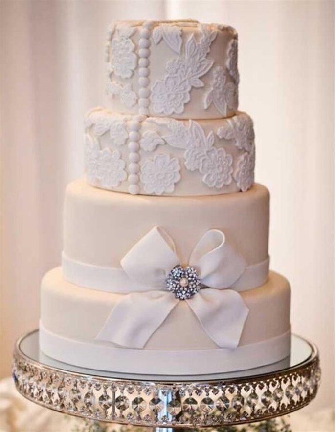 Wedding Cake dentelle façon fraisier. Crédit : Paradis Gourmandise