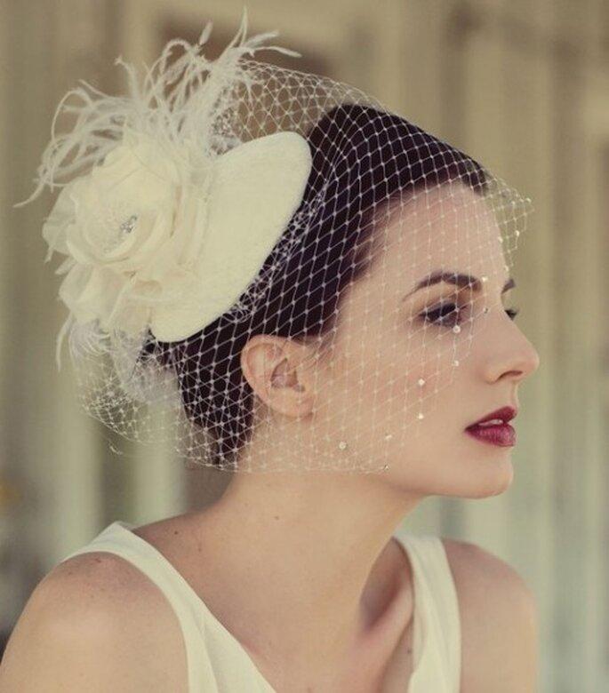Elige los accesorios perfectos que complementen tu makeup - Foto This Modern Romance