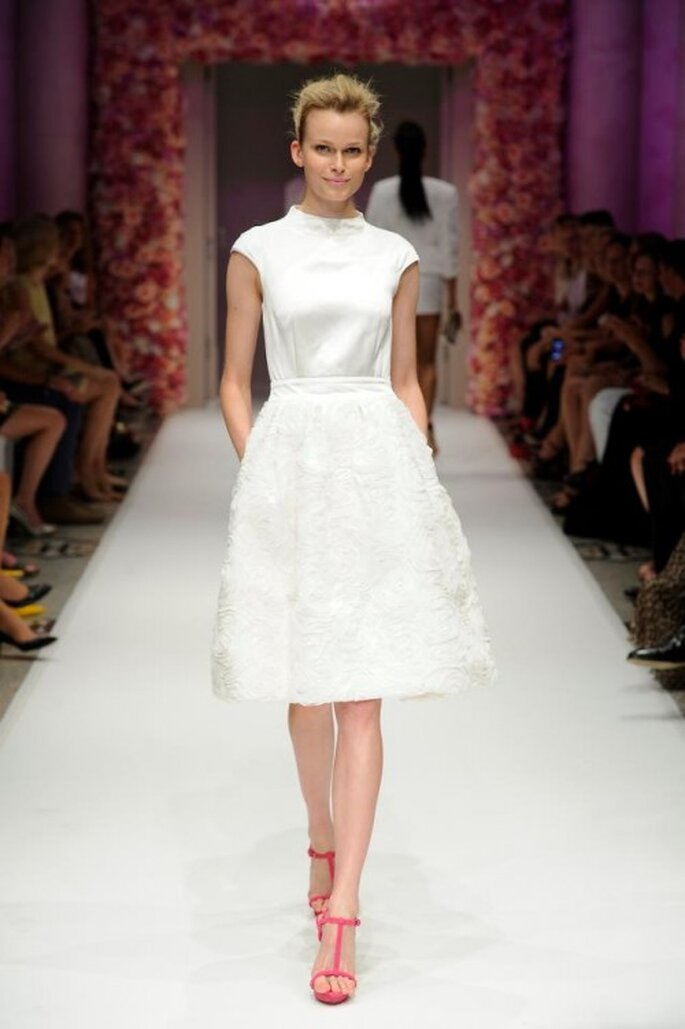Vestido de fiesta corto en color blanco con detalles en relieve en la falda - Foto Basler
