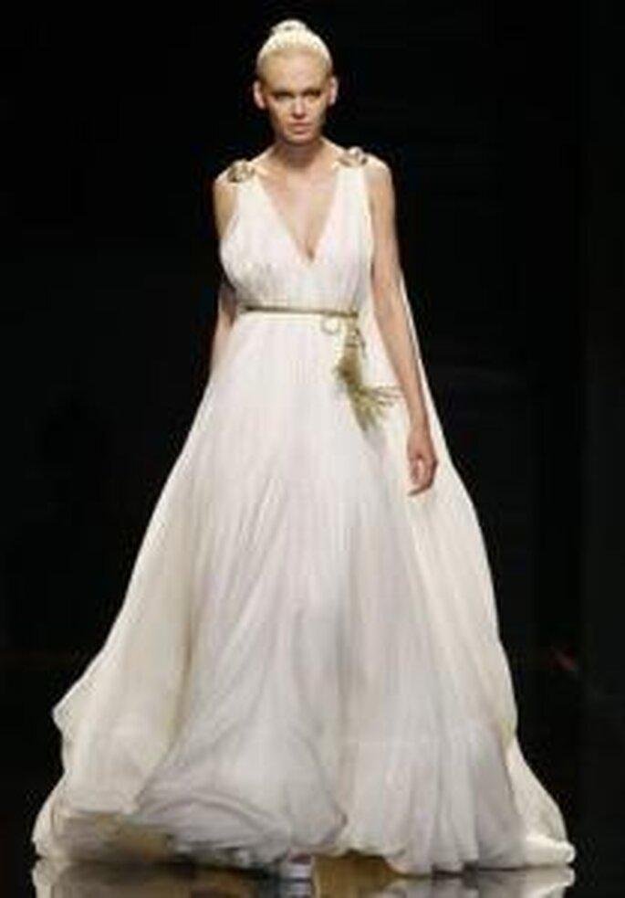 Rosa Clará 2010 - Vestido largo en seda, corte imperio, amplio, escote en V, cinturón dorado