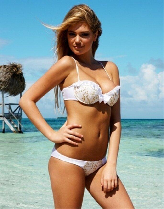 Bikini blanco con pedrería en color dorado para novias - Foto Beach Bunny Swimwear
