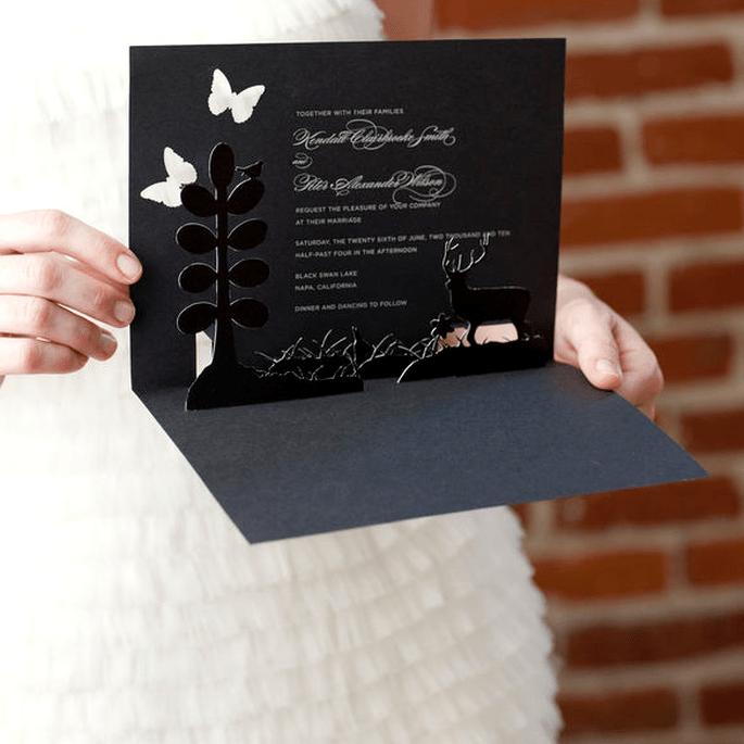 L'effetto Pop-up porta allegria in questo invito dall'insolito colore nero